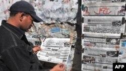 一卡拉奇居民在阅读报导巴拉达尔被捕的报纸
