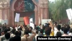 مشتعل مظاہرین نے مقامی تھانے پر دھاوا بول دیا اور توڑ پھوڑ کی۔
