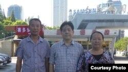 陳建芳與馮正虎(中)、陳光福在上海。 (維權網圖片)