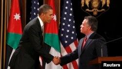 Predsednik Barak Obama rukuje se sa jordanskim kraljem Abdulahom