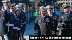 Kepala Staf TNI Angkatan Laut Laksamana Siwi Sukma Adji menginspeksi pasukan dalam kunjungan kerja di Australia, Jumat, 19 Juli 2019. (Foto: Dispen TNI AL)