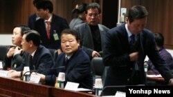 북한이 개성공단 북측 근로자의 임금 인상을 일방적으로 통보한 데 대한 대책회의가 5일 서울 정부청사에서 열렸다. 정기섭 개성공단기업협회 회장(오른쪽) 을 비롯한 개성공단 입주 기업인들이 회의에 참석했다.