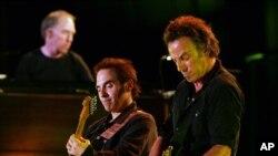 Bruce Springsteen, derecha, y Nils Lofgren tocan la guitarra juntos.