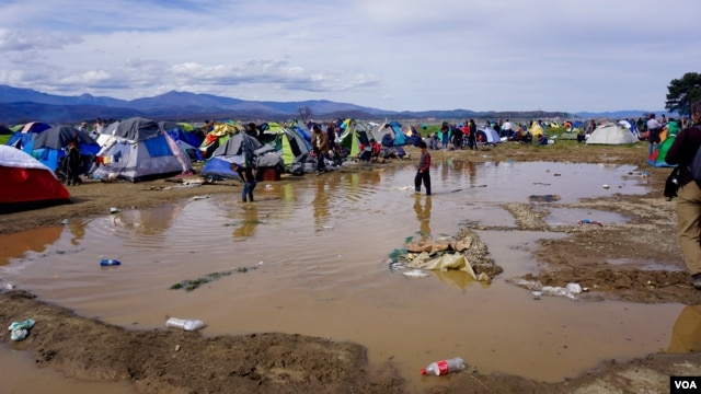 Torrential rains have flooded parts of the makeshift refugee camp in the Greek village of Idomeni, near the border with Macedonia. Inhospitable weather adds to the migrants' anxieties. (J. Dettmer/VOA)