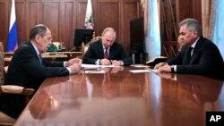 ប្រធានាធិបតីរុស្ស៊ី Vladimir Putin ជួបជាមួយរដ្ឋមន្រ្តីការពារជាតិ Sergei Shoigu និងរដ្ឋមន្រ្តីក្រសួងការបរទេស Sergei Lavrov នៅក្នុងវិមានក្រឹមឡាំងក្នុងទីក្រុងម៉ូស្គូកាលពីថ្ងៃទី០២ ខែកុម្ភៈ ឆ្នាំ២០១៩។