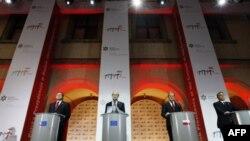 (слева направо): Глава Еврокомиссии Жозе Мануэль Баррозу, председатель Евросовета Херман Ван Ромпей, премьер-министр Польши Дональд Туск, премьер-министр Венгрии Виктор Орбан