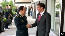 资料照片:中国国防部长魏凤和(左)和美国国防部长埃斯珀在泰国曼谷会见时握手。(2019年11月18日)