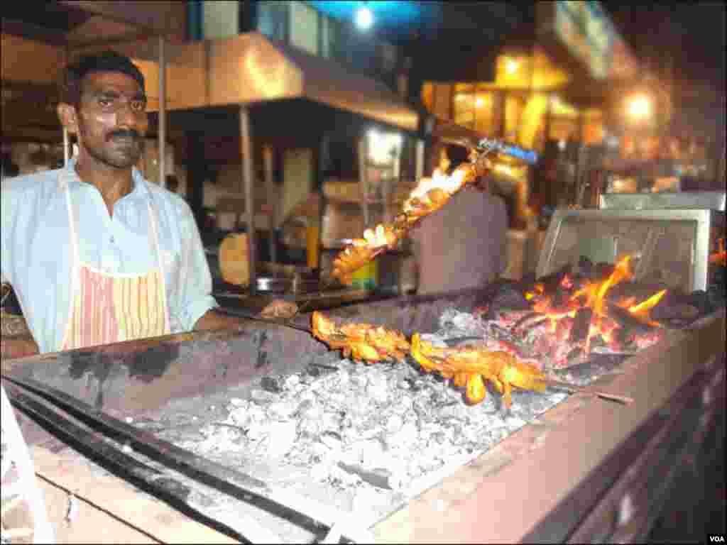 کراچی: ایک شخص کوئلوں ہر تکے لگا رہا ہے۔