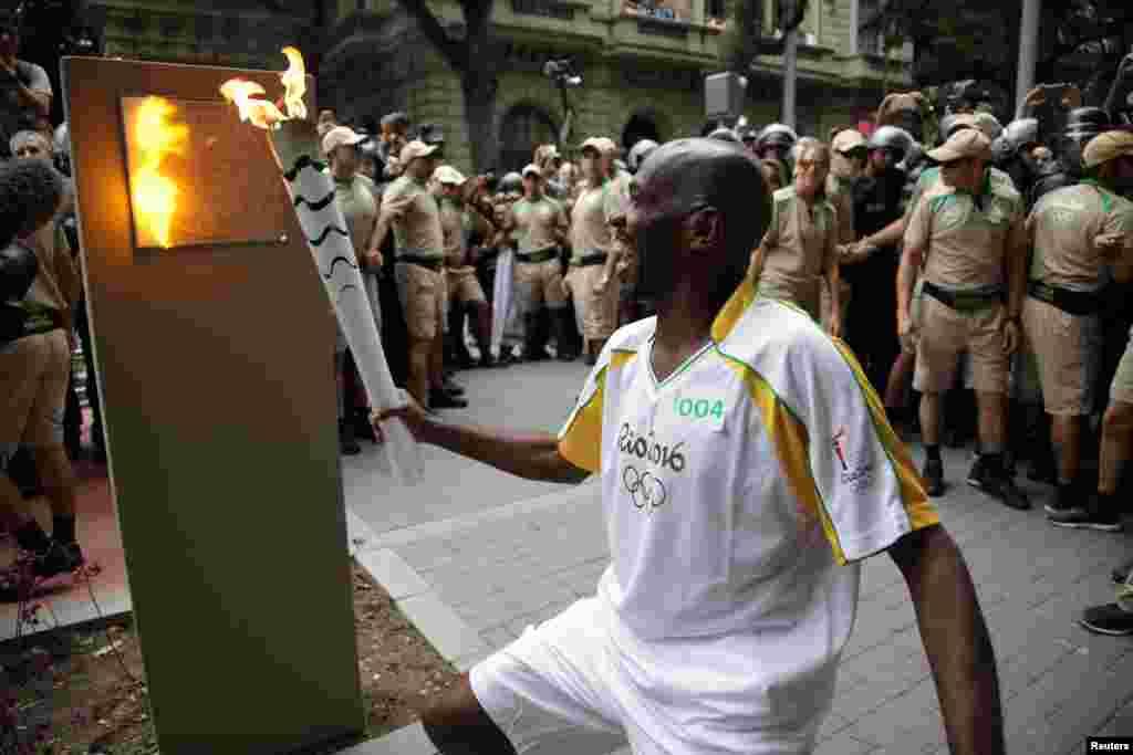 برازیل کے مختلف شہروں کے چکر کاٹنے کے بعد اولمپک مشعل بالآخر ایک کشتی کے ذریعے ریو ڈی جنیرو پہنچ گئی ہے۔