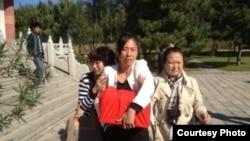 夏俊峰骨灰由其妻张晶领回家。(微博图片)