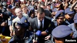 12일 남아공 의족 육상국가대표 오스카 피스토리우스 선수가 법정을 빠져나오고 있다.
