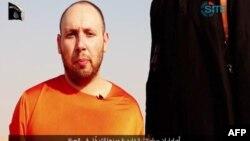 伊斯兰国激进分子在8月19日公布的没有注明日期的视频。视频上左边是被这个激进组织绑架的美国记者斯蒂芬•乔尔•索特罗夫(Steven Joel Sotloff)。