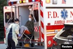 Môt bệnh nhân Covid-19 được đưa đi cấp cứu ở New York, Mỹ