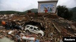 Les secouristes doivent fouiller des monceaux de débris dans le Yunnan, pour retrouver les victimes d'un puissant tremblement de terre (Reuters)