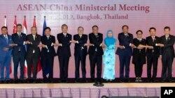 Bộ trưởng Ngoại giao Trung Quốc Vương Nghị (thứ năm từ trái sang) chụp ảnh chung với các quan chức ngoại giao Đông Nam Á, trong đó có ông Phạm Bình Minh (thứ tư từ trái sang), ở Bangkok, Thái Lan, hôm 31/7.
