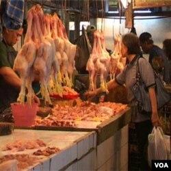 Pedangang daging ayam di Pasar Kosambi, Bandung. Daging ayam termasuk salah satu bahan pangan yang sebagian di antaranya diimpor.
