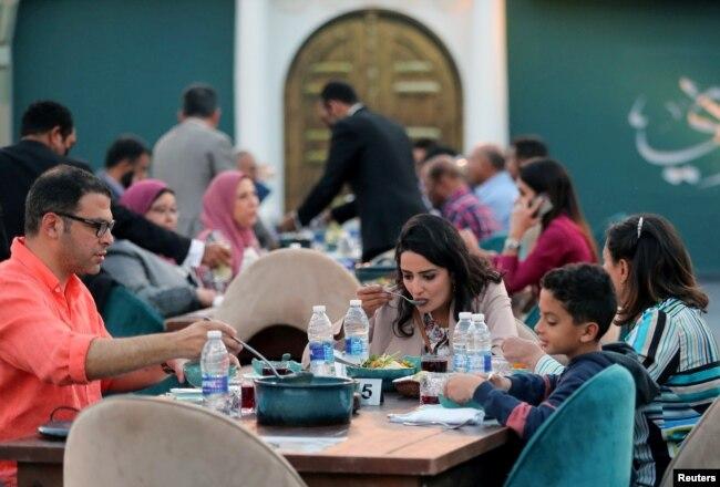 Suasana berbuka puasa di restoran Mawlay di Museum Nasional Peradaban Mesir di Kairo, Mesir 28 April 2021. (REUTERS / Mohamed Abd El Ghany)