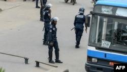 Les forces de police camerounaises patrouillent à un carrefour routier à Douala le 21 octobre 2017.