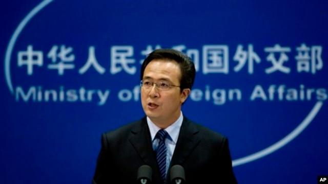 Phát ngôn viên Bộ Ngoại giao Trung Quốc Hồng Lỗi nói rằng các hoạt động của Bắc Kinh trên những bãi cạn và các vùng biển xung quanh là 'hợp lý, chính đáng, hợp pháp' và thái độ của Bắc Kinh là 'kiềm chế và có trách nhiệm'