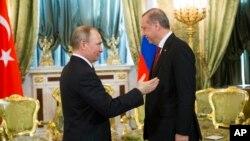 Presiden Rusia Vladimir Putin saat menerima kunjungan Presiden Turki Recep Tayyip Erdogan di Kremlin, Moskow, 10 Maret lalu (foto: dok).