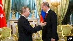 Rossiya Prezidenti Vladimir Putin (chapda) Turkiya rahbari Rajab Toyib Erdog'an bilan, Moskva, Rossiya, 10-mart, 2017-yil.