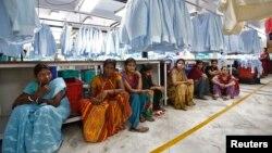 Para karyawan pabrik tekstil Orient Craft Ltd. di Gyrgaon, India tengah beristirahat pada jam makan siang, 16 April 2014. (Foto: dok). Sektor tekstil dan pakaian India mempekerjakan jutaan orang dan kira-kira 20 persen ekspor pakaian ke Amerika Serikat.