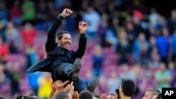 Atletico အသင္းသားေတြ ခ်န္ပီယံဆုရၿပီးေနာက္ အသင္းနည္းျပကို Diego Simeone ကို ေျမႇာက္ခ်ီထားၾကစဥ္။ (ေမ ၁၇၊ ၂၀၁၄)