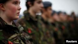 Calon tentara Inggris mengenakan seragam saat menhadiri pemakaman veteran awak darat Komando Pembom Angkatan Udara Kerajaan Inggris pada perang dunia kedua, Harold Jellicoe Percival di crematorium Taman Lytham Park di Lytham St Annes,Inggris Utara (11/11).
