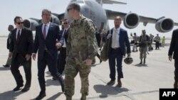 지난 7월 애슈턴 카터 미 국방장관(왼쪽 2번째)에 이라크 바그다드 공항에 도착했다.