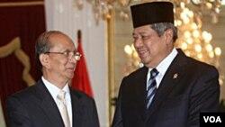 Presiden Birma Thein Sein (kiri) berjabat tangan dengan Presiden Indonesia Susilo Bambang Yudhoyono dalam kunjungan untuk menghadiri KTT ASEAN ke-18 di Jakarta (5/5).