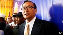 Tokoh oposisi Kamboja, Sam Rainsy menolak hasil pemilu dan meminta badan-badan lokal dan internasional untuk menyelidiki kecurangan yang meluas (foto: dok).