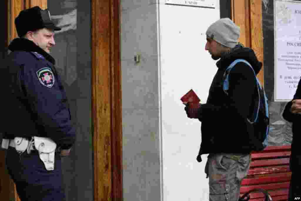 Российские граждане пришли голосовать в Консульский отдел посольства Российской Федерации в Киеве. 4 марта 2012 г.