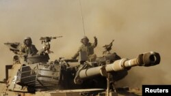 Soldados israelíes viajan sobre vehículos de artillería durante sus ejercicios en los Altos de Golán.