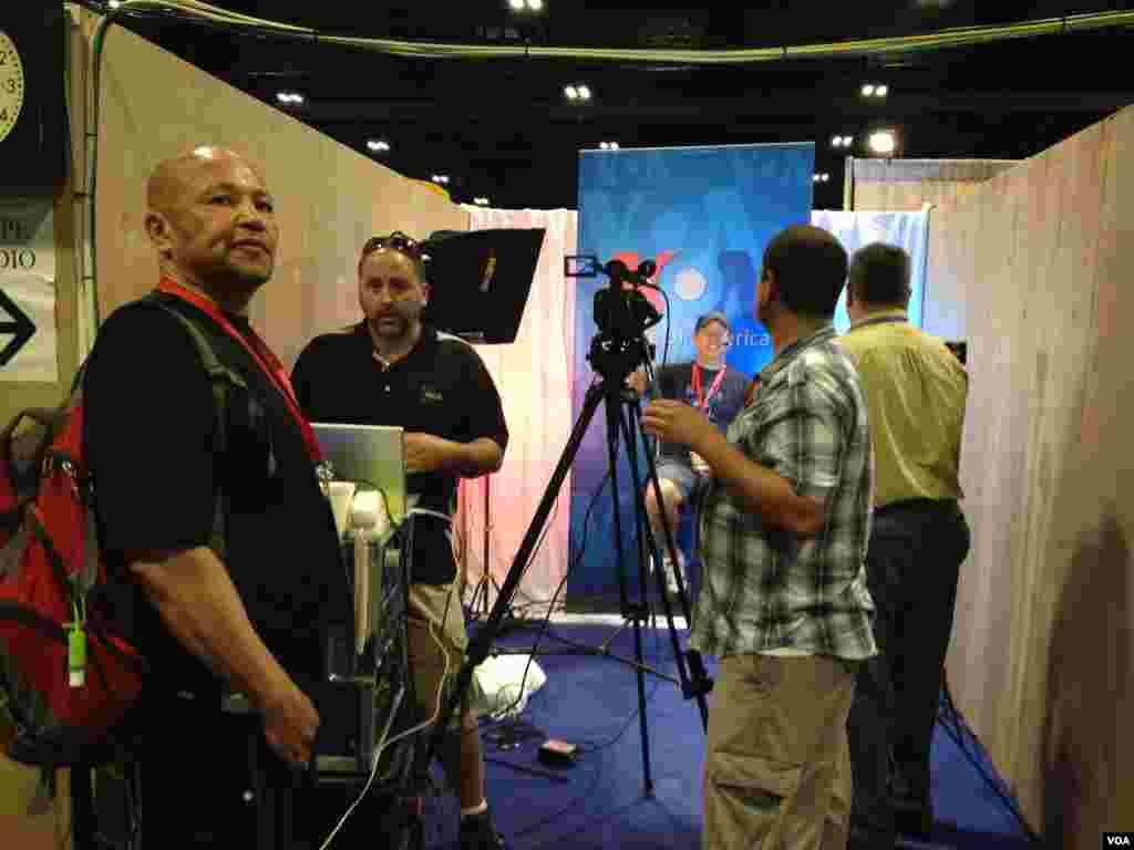 Kru VOA menyiapkan studio Skype di markas VOA di Tampa Convention Center.