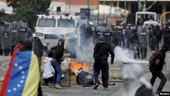 Người biểu tình đụng độ với cảnh sát ở Venezuela.