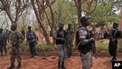 Binh sĩ Mali bên trong doanh trại của người lãnh đạo cuộc đảo chánh, ông Amadou Sanogo ở Kati, gần thủ đô Bamako