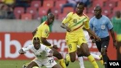 Le Ghanéen Wakaso (devant) et les Maliens Samba Diakité et Samba Sow.