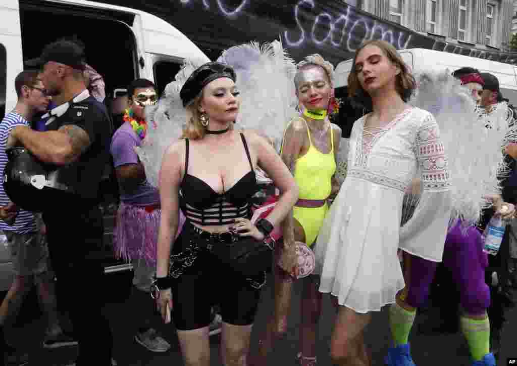 گروهی از فعالان دگرباش، برخی مخالفان همجنسگرایی را در حاشیه رژه سالانه دگرباشان جنسی در شهر کییف پایتخت اوکراین تماشا می کنند. پلیس مانع حمله مخالفان به این رژه شد.