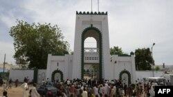 Quelques personnes devant le palais du sultan et président général du Conseil suprême national pour les affaires islamiques du Nigeria (NSCIA), Muhammadu Saad Abubakar, à Sokoto, nord-ouest du Nigeria, le 23 août 2016.