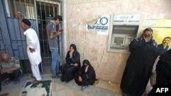 Trablusgarp'ta banka şubesi önünde bekleşen Libyalılar