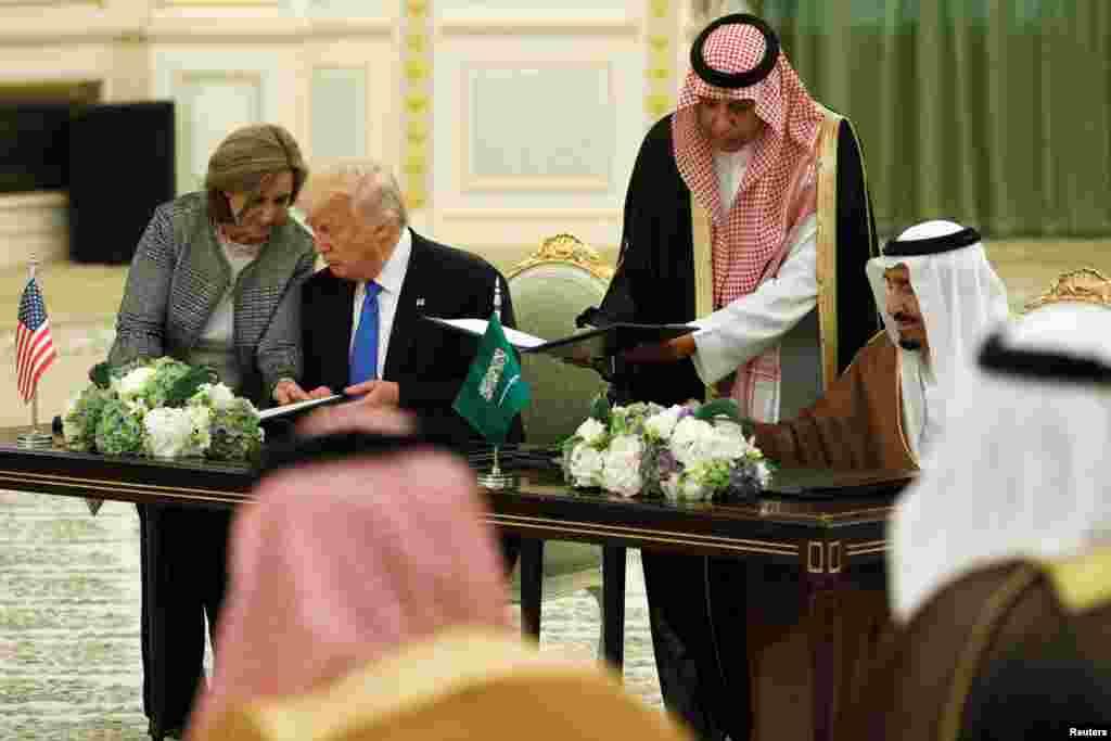 Cérémonie de signature d'accords entre le président Donald Trump, à gauche, et le roi Salma d'Arabie, Ryad 20 mai 2017.