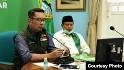 Gubernur Jabar Ridwan Kamil (kiri) dan Wagub Jabar UU Ruzhanul (kanan) saat menggelar pertemuan dengan 27 ketua MUI se-Jabar via video conference terkait fatwa haram mudik dan persiapan Ramadan, Kamis, 9 April 2020. (Foto: Humas Jabar)