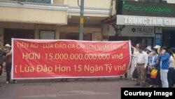 Người dân biểu tình bên ngoài tòa nhà nơi đặt văn phòng Công ty Modern Tech ở quận 1, TP HCM. Công ty này được cho là đã lừa đảo hơn 15.000 tỷ đồng của người đầu tư từ việc bán tiền ảo iFan và Pincoin. (Ảnh chụp màn hình Phap Luat Plus)