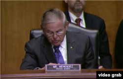 参议院外交委员会资深成员、新泽西州民主党参议员梅嫩德兹在听证会上发言。