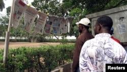 Des Togolais lisent les nouvelles du jour à Lomé, Togo, le 19 mai 2005.