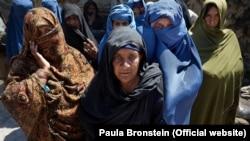 زنان بیوۀ افغان پس از ثبت اسناد کم از کم ۵۰۰۰ افغانی ماهانه معاش میگیرند