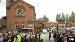Rodjaci i prijatelji okupljaju se ispred Golders Grin krematorijuma na sahrani Ejmi Vajnhaus, 26. jula 2011.
