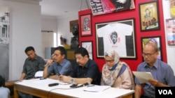 Sejumlah aktivis HAM yang mendesak Komnas HAM dan Kejaksaan Agung memeriksa mantan Kepala Staf Kostrad Mayjen (purnawirawan) Kivlan Zein terkait kasus penculikan aktivis. (VOA/Andylala Waluyo)