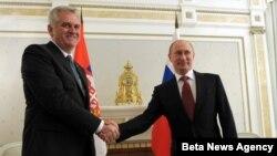 Ruski predsednik Vladimir Putin i srpski predsednik Tomislav Nikolić rukuju se za vreme sastanka u rezidenciji u Sočiju, 11. septembra 2012.