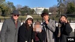 루 갈로 목사와 리사 갈로 여사가 백악관 앞에서 탈북자 청년들과 사진을 찍고 있다.